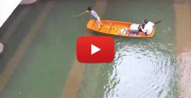 """[VIDEO] 2 Nelayan guna """"elektrik"""" tangkap ikan kat bawah jambatan!! TERKEJUT BILA MENDENGAR SUARA YANG AMAT KUAT DI BAWAH JAMBATAN !!"""
