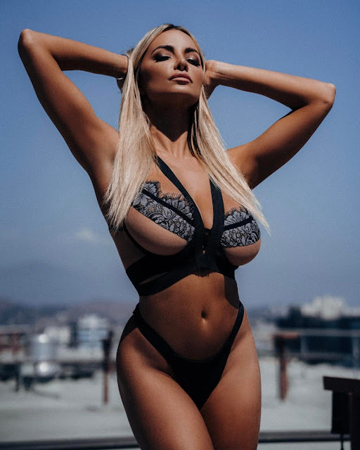 Lindsey-Pelas-hot-sexy-bikini-with-ohrangutang-on-Instagram