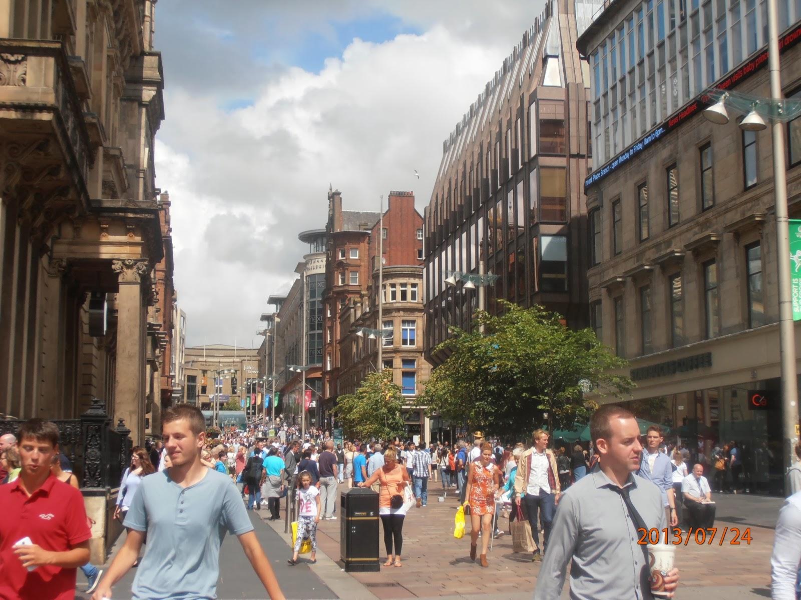Sok skót ember Glasgow utcáin a városközpontban