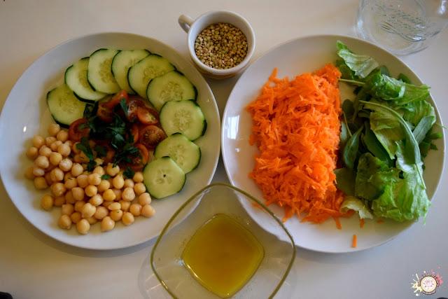 Ensalada de garbanzo en una jarra ingredientes