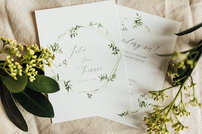 Urocze minimalistyczne zaproszenia ślubne z motywem roślinnym od She Makes.