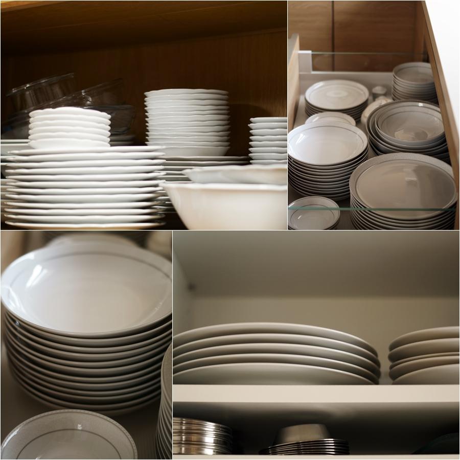 Blog + Fotografie by it's me! - Bunt ist die Welt - Geschirrschublade und Regale mit Tellern