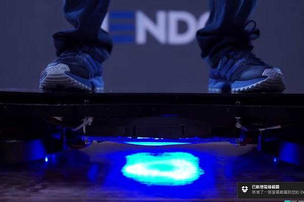 踩上底下發亮的滑板,看起來帥斃了,數位時代翻攝自 Hendo 網站
