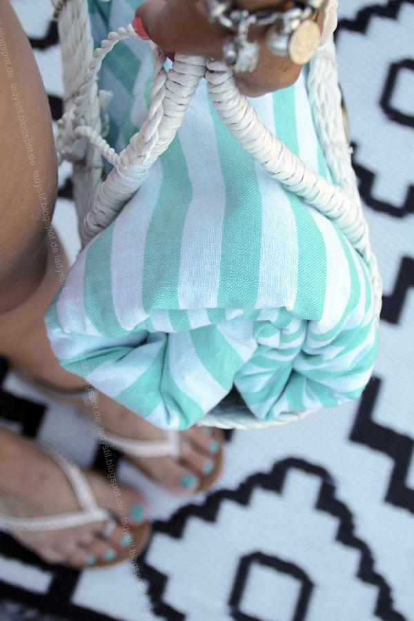 Sommerstyling mit Klebe-Tattoos, Boho-Fußkette, Fashionblog, Gartenimpressionen, Blumenring, Accessoires passen zu gebräunter Haut,