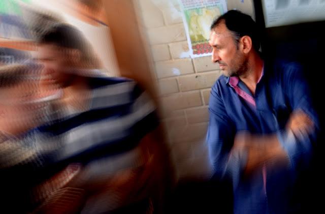 Suposto pastor e pai de aluno do CEM 2 acirrou os ânimos durante o protesto Foto Joaquim Dantas