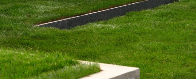 gazon gradina moderna, zid de sprijin, bordura turnata, linii drepte