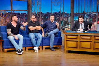 Guilherme, Alê e Mauro com Danilo (Crédito: Gabriel Cardoso/SBT)
