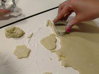 Cortando las galletas con los cortapastas