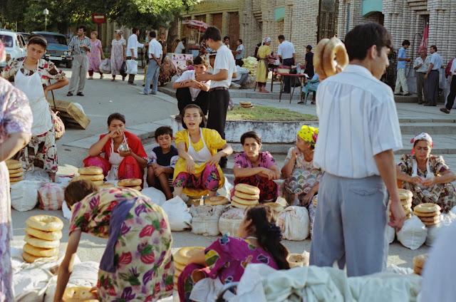 Ouzbékistan, Samarcande, Marché Siyab, pain de Samarcande, © Louis Gigout, 1999