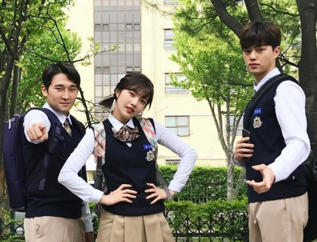 Sao Hàn 25/4: Seo Hyun da trắng sứ, Joy chống nạnh đầu gấu