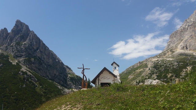 Kapelle am Felsen Hexenstein auf dem Falzaregopass