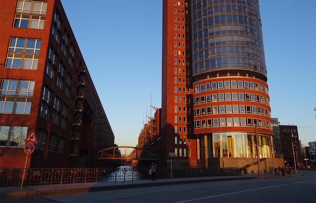 Hafencity in Hamburg mit braunen Bürotürmen und Brücke