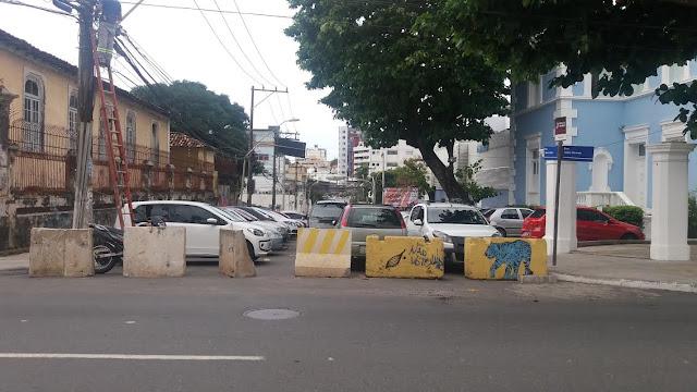 Rua continua fechada sem justificativa