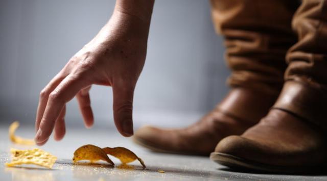 Makanan Jatuh Kemudian Kita Buang Semuanya, Ternyata Ini Bahayanya Menurut Hadist!