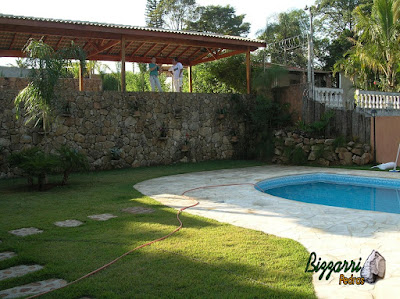 Muro de pedra em Mairiporã-SP com a construção da piscina de vinil, o piso de pedra São Tomé na piscina, o caminho de pedra e a execução do paisagismo em residência em Mairiporã-SP.