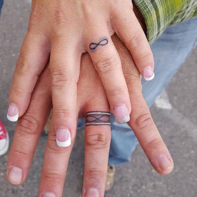 Anillos de boda tatuados