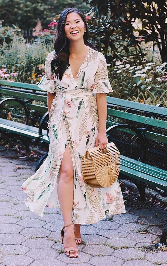 vestido floral com bolsa de palha