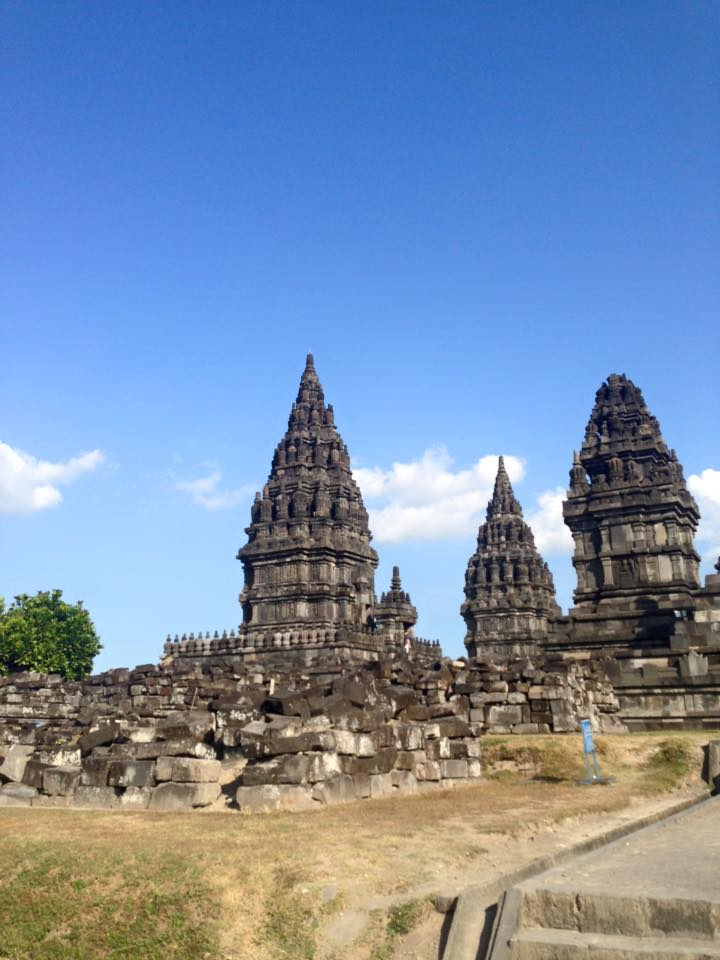 The first one is a buddhist temple and the second one is a hindu temple. Of course these two temples are the major tourists attraction of the island, but both are amazing and it's worth to see them!