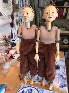 two puppets dressed in brown velvet trousers, made by Corina Duyn