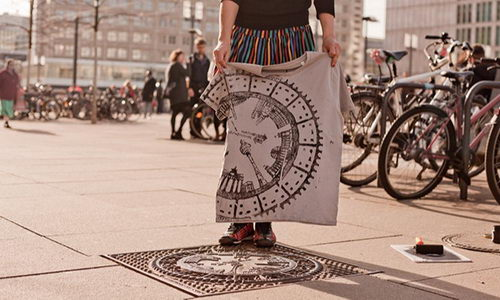 Tinuku Distro Raubdruckerin Gunakan Penutup Got Untuk Cetakan Tinta Sablon Kaos