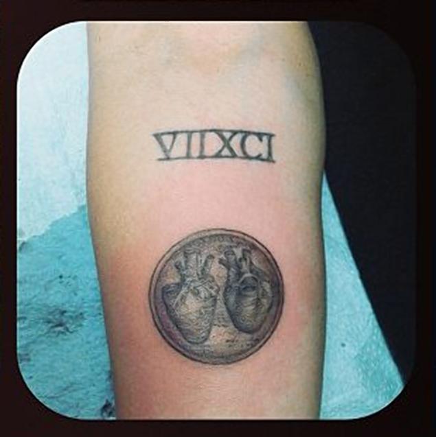 ee65e43a Miley no ha hablado sobre el tatuaje aún, pero algunos especulan que los  dos corazones son un símbolo de ella y Liam Hemsworth.
