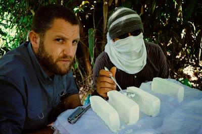 """O jornalista espanhol David Beriain em cena de """"Amazônia Proibida: Na Fronteira do Tráfico"""" - Divulgação"""