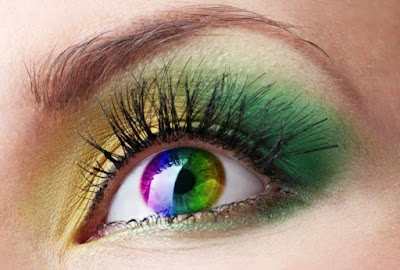 ojo con  maquillaje verde y reflejos multicolor