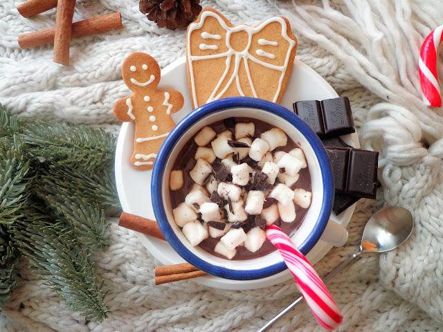 Gorąca czekolada z cynamonem i piankami (Cioccolata calda con cannella e marshmallow)