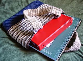 http://translate.googleusercontent.com/translate_c?depth=1&hl=es&rurl=translate.google.es&sl=en&tl=es&u=http://freepatternsbyh.blogspot.com.es/2014/08/rikas-college-tote-bag-crochet-pattern.html&usg=ALkJrhjrUGvOLVc_m21LgZPf092HgJi-Bg