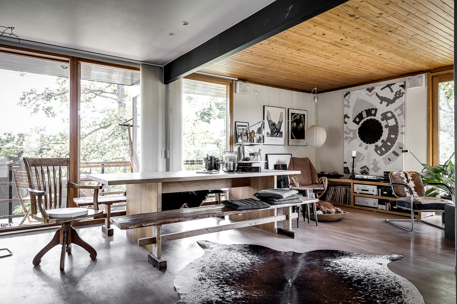 Scandinavian villa with oriental and rustic decor containing tolix chairs, Arne jacobsen lamp, cowhide chair. Dining room