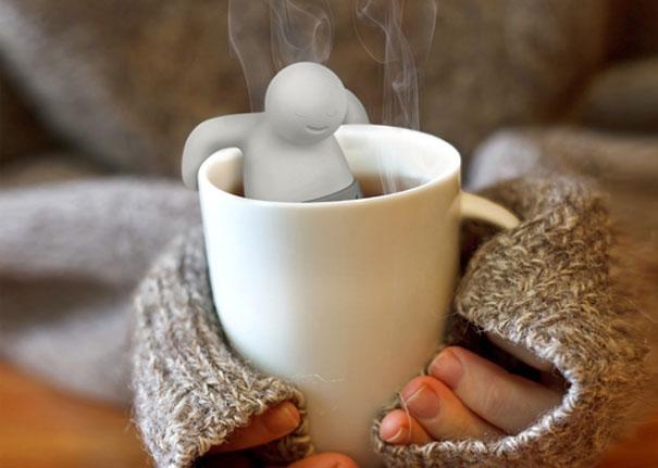 Çay süzen adam fincanda