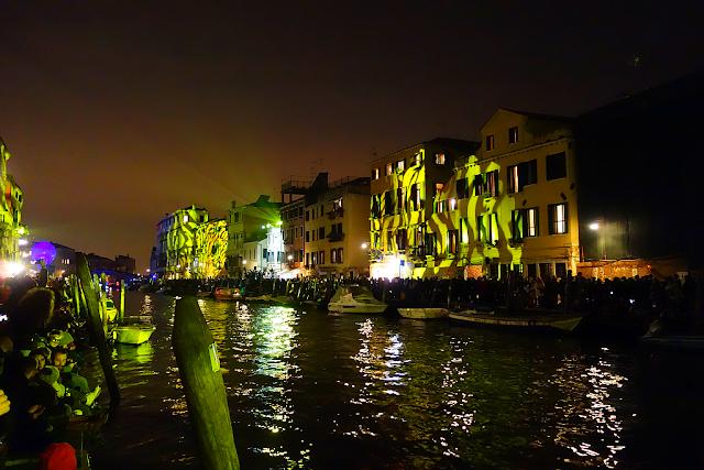 Rio di Cannaregio, Vodní cirkus v Benátkách, benátský karneval, vodní průvod, benátky průvodce, kam v benátkách, co vidět v benátkách, benátky památky, benátky historie, jak se najíst v benátkách, kde se najíst v benátkách, co ochutnat v benátkách, kam v benátkách na víno, kam v benátkách na aperol spritz, zažijte benátky jako místní
