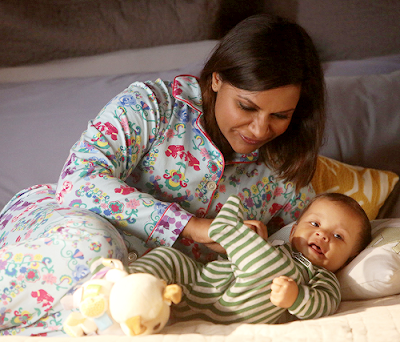 Mindy y Leo con sendos pijamas en una escena de The Mindy Project