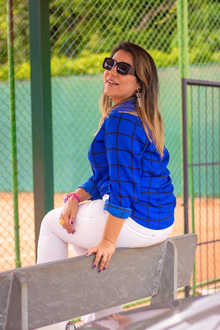 Camisa azul e calça flare branca que não cabia mais