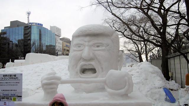 北海道、さっぽろ雪まつりにあったトランプ大統領の雪像