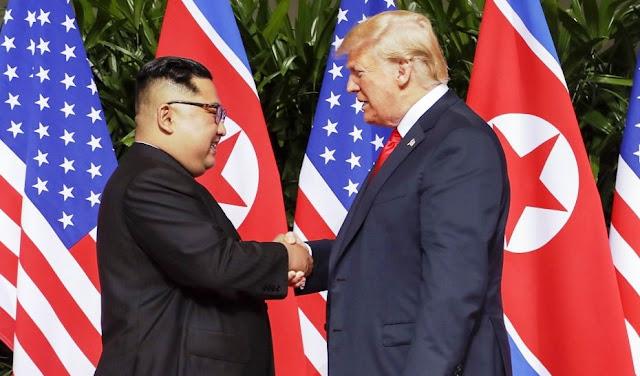Presiden AS Donald Trump Berjabat Tangan dengan Pemimpin Korea Utara Kim Jong-un