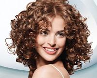 eliminare l'effetto crespo dai capelli ricci