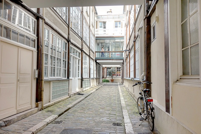 merveilleux ... luxueux magasins de meubles, galeries du0027art, cafés branchés et bars  musicaux, la façade du Faubourg Saint Antoine en perpétuelle réinvention a  le lustre ...