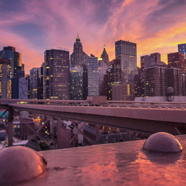 New York, skyline dal Brooklyn Bridge al tramonto