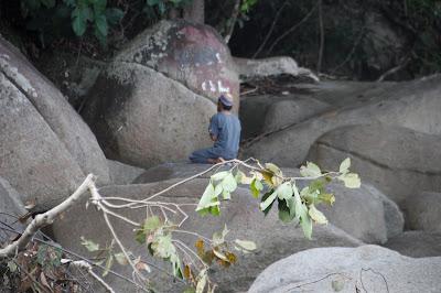 Bang Yono Sholat di Pantai Tanjung Datu