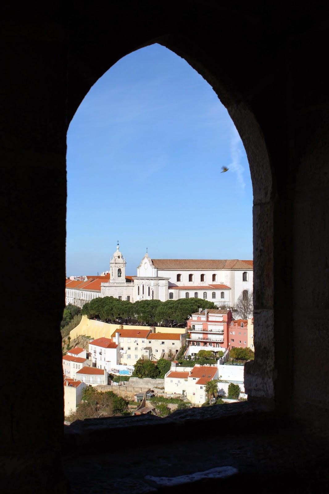 d7cdb7fbc59 ... que recebe projecções de Lisboa através de um sistema óptimo gigante  composto por espelhos e lentes. É possível ver a cidade em tempo real e a  360º