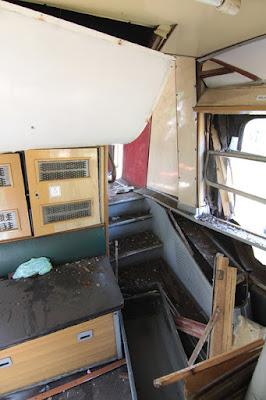 Zniszczone wnętrze wagonu Bhp