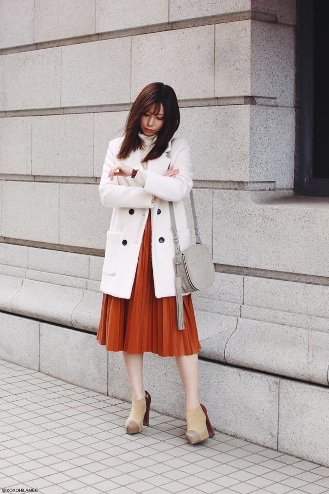 日本人ファッションブロガー,MizuhoK,今日のコーデ,20170402,CHOIES-ホワイト厚手コート,UNIQLO-オフホワイトタートルネックトップス,Dresslily-ブラウンのフェイクレザーのプリーツミディスカート,RANDA-チャンキーヒールカラーブロックブーティー,ALLSaints-フリンジ飾り付きグレーのショルダーバッグ,Angreas Ingeman-ダークレッド腕時計、フェミニンスタイル