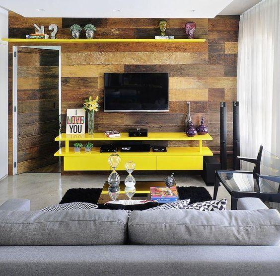 Decoração de sala de estar rack amarelo painel madeira