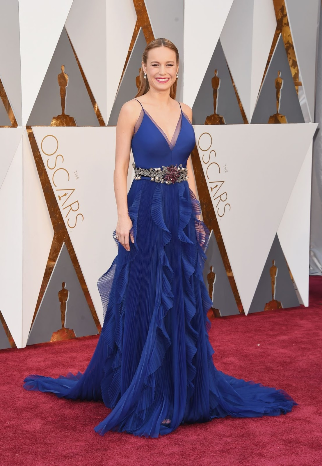 Brie Larson stuns in bold blue at the Oscars 2016