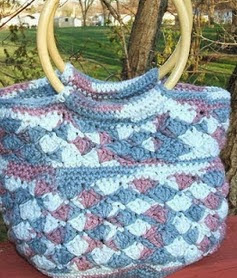 http://crochetingcrab.blogspot.com.es/2009/04/scallop-purse-pattern.html