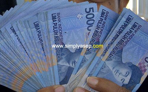 UANG : Siapa yang tidak mau uang. Saya aja masih doyan. Foto ini sebagai ilustrasi saja.  Foto dokumentasi Asep Haryono