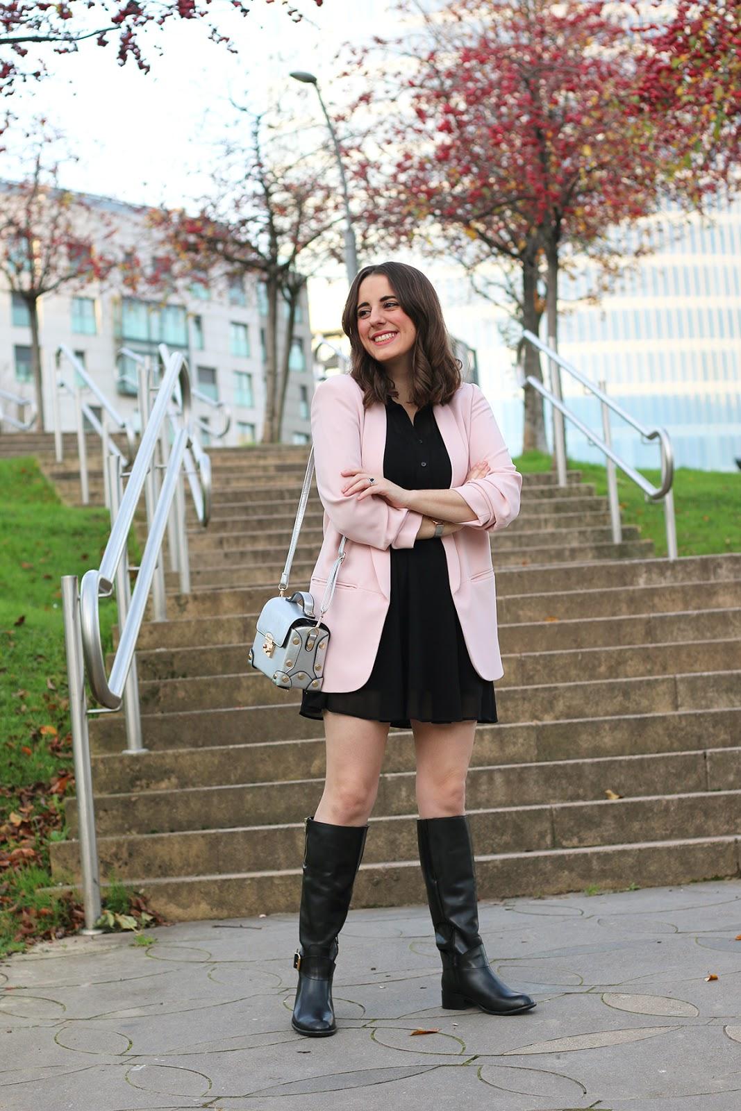 Vestido negro y botas altas