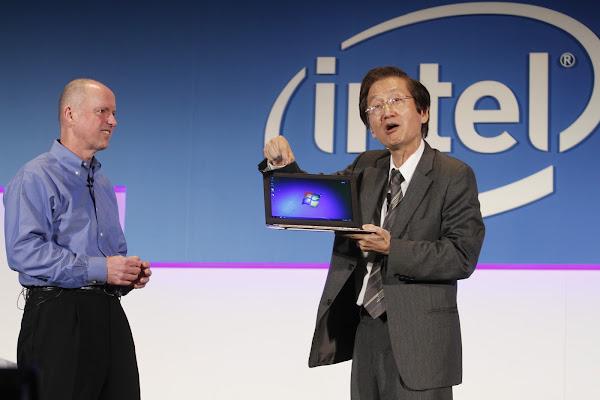 2011年,時任 Intel 執行副總裁 Sean Maloney 與 ASUS 董事長施崇棠,侯俊偉攝影