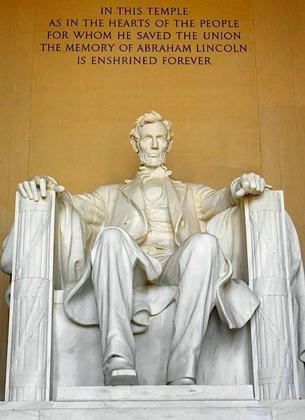 Lincoln observando a todos